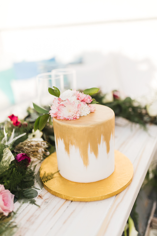 white and gold puerto rico wedding cake